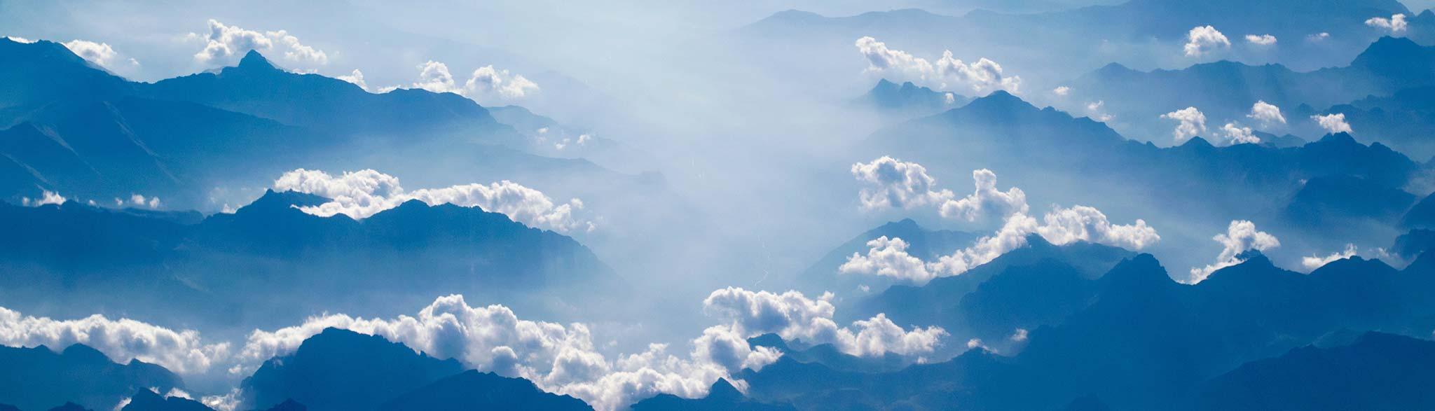 Alpenpanorama in bläulichem Licht Photo by Brady Bellini on Unsplash